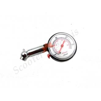 Манометр для проверки давления воздуха в колесе...