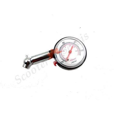 Манометр для проверки давления воздуха в колесе